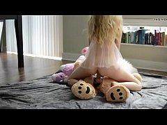 หนังโป๊ฝรั่งสุดxxx สาวขาวสวยใส่ควยปลอมให้ตุ๊กตาหมีแล้วขึ้นโยกขย่มควยปลอมอย่างเสียวซ่านได้อารมณ์สุดๆ