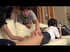 หนังโป๊Japanese Porn น้องสาวกลับจากโรงเรียน มัวเล่นมือถือ จะโดนพี่ชายกับเพื่อนเย็ดแล้ว ยังไม่รู้ตัว