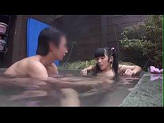 หนังx Japanese Porn สองผัวเมียเย็ดกันกลางบ่อน้ำพุร้อน เอากันในน้ำโรแมนติกสุดๆ
