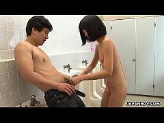 คลิปโป๊ Japan สาวหื่นเข้ามาจับผู้ชายเย็ดคาห้องน้ำ กำลังเยี่ยว อยู่ๆวิ่งมาดูดควยกันเฉยเลย