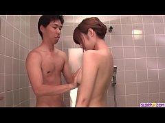 น้องสาวอาบน้ำอยู่พี่ชายสุดหื่นก็เข้ามาจับนมเลยแก้ผ้ามาด้วยจนน้องต้องยอมให้เย็ดในห้องน้ำ